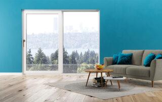 Białe okno na niebieskiej scianie
